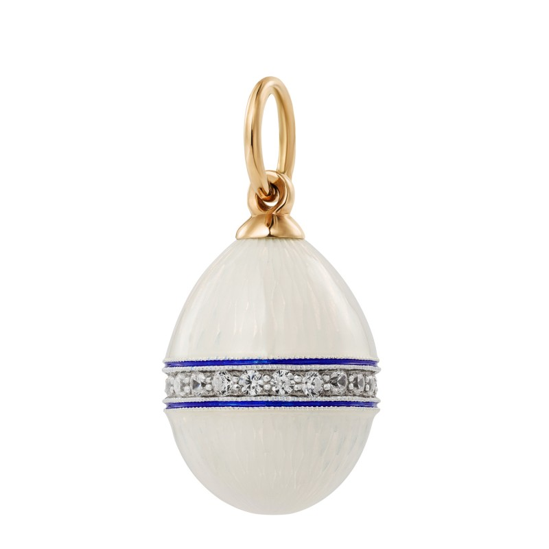 Eggpendant covered with a belt of phianites